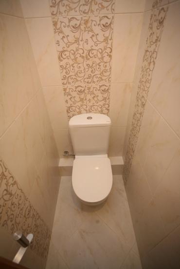 varianti-vikladki-plitki-v-malenkom-tualete-foto