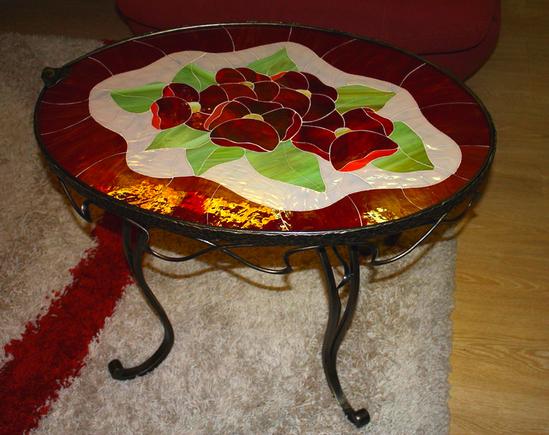 krugliy-steklyanniy-stol-foto