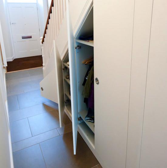 Дизайн шкафов под лестницей фото