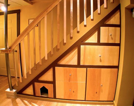 Шкаф под лестницей в доме