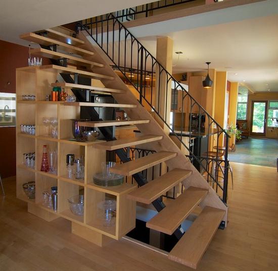 Стеллаж под лестницей фото
