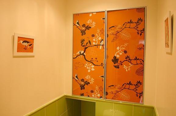 vstroenniy-shkaf-v-tualete-foto