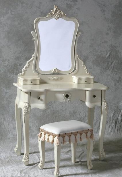 nebolshoy-tualetniy-stolik