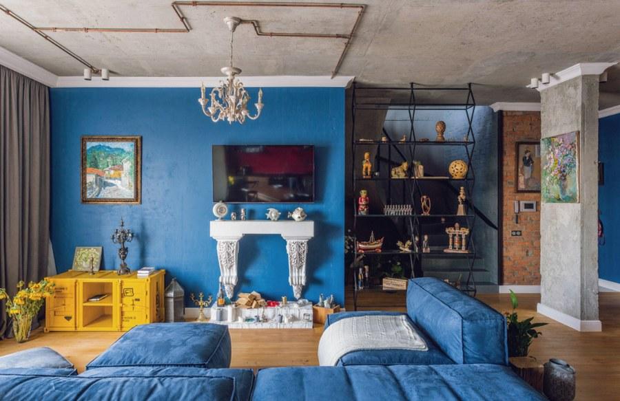Гостиная в стиле лофт с синими стенами